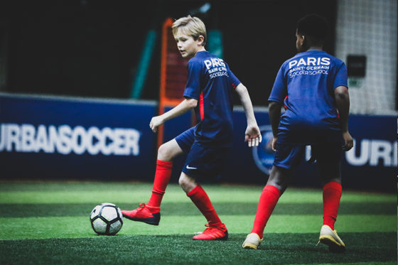 enfant en action football psg
